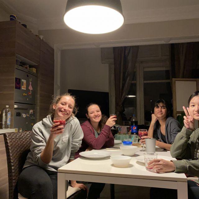Ein Bild von vier Mädchen, die an einem Tisch sitzen