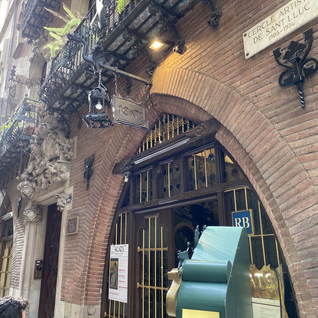 Ein Café in einem historischen Gebäude