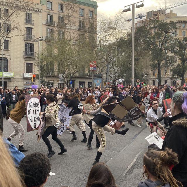 Mehrere Menschen, die innerhalb einer Menschenmasse eine Art Tanz aufführen