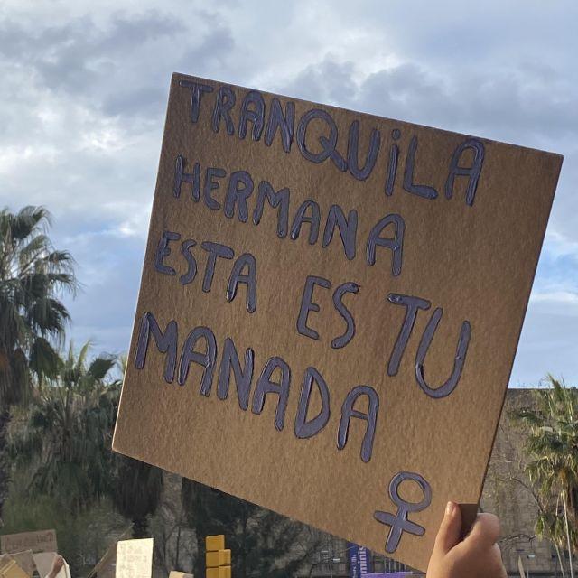 Ein Schild das bei einer Demonstration hoch gehalten wird