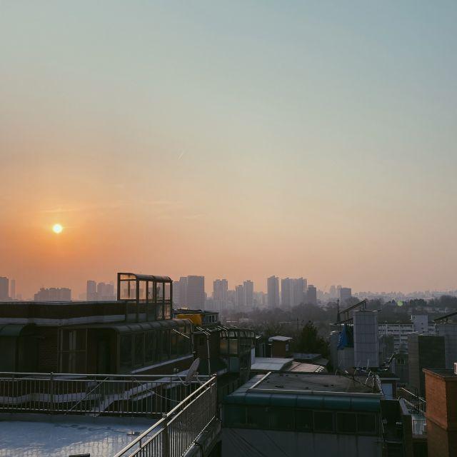 Blick von der Dachterrasse auf den Sonnenuntergang