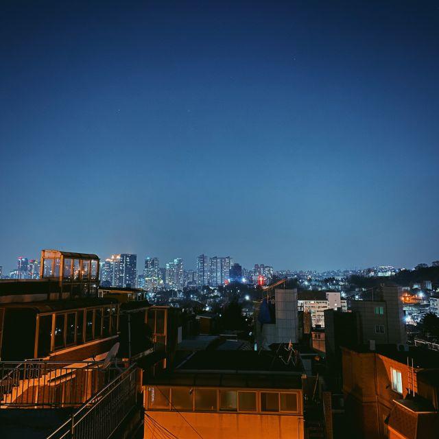 Blick über das nächtliche Seoul von der Dachterrasse