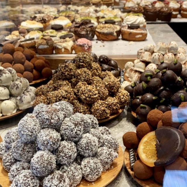 Vegane Süßigkeiten, wie Cronuts und Cupcakes