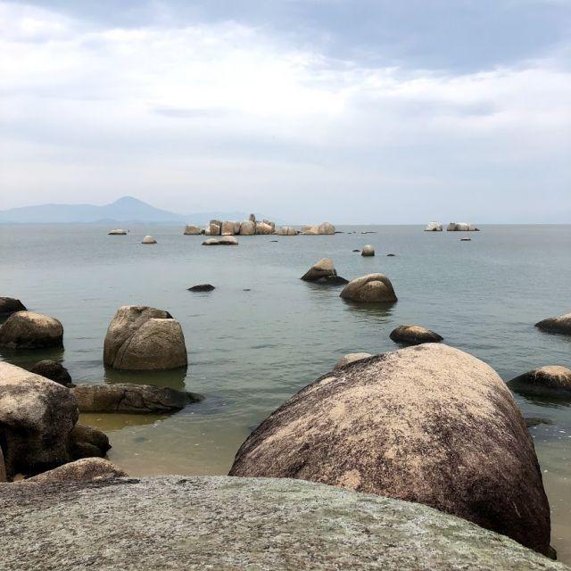 Steine im Meer und am Strand Itaguaçu