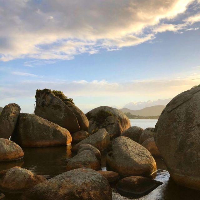 Große Steine im Wasser