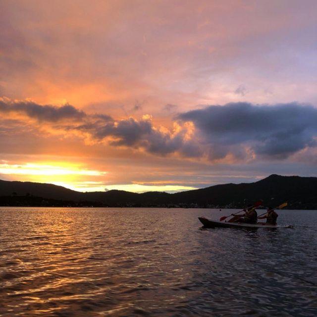 Zwei Leute fahren Kajak in der Lagune der Conceição bei Sonnenuntergang