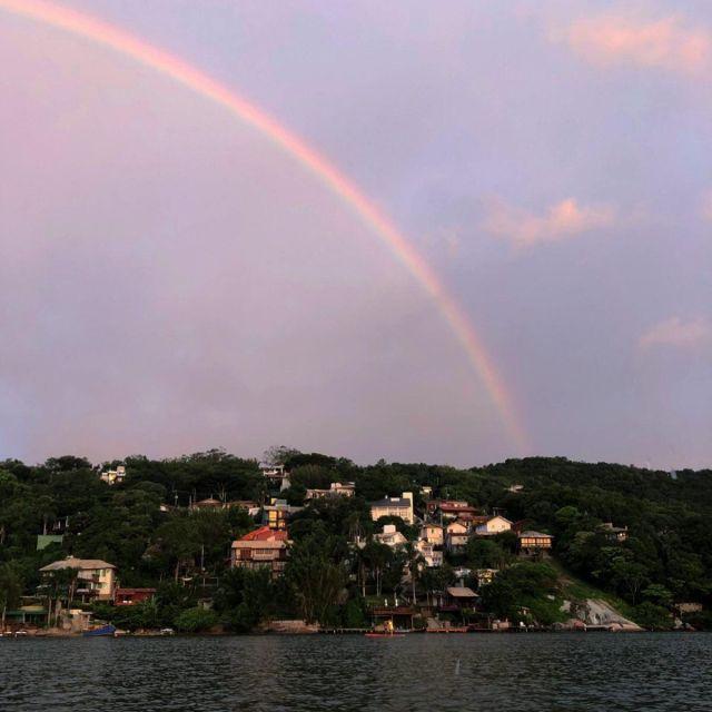 Regenbogen über der Lagune bei Sonnenuntergang