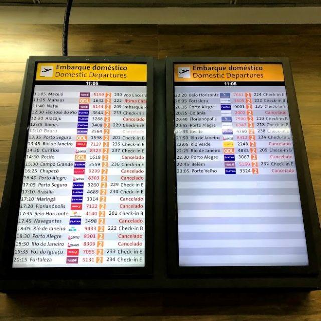 Der Bildschirm mit allen Abflügen am Flughafen zeigt die viele stornierten Flüge an.