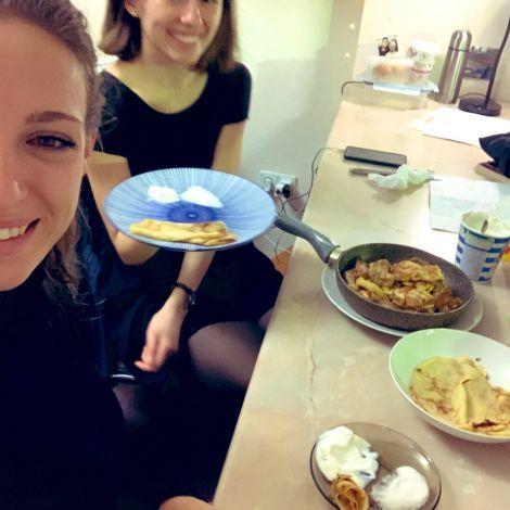 Meine Mitbewohnerin und ich beim traditionellen Blini-Frühstück (russische…