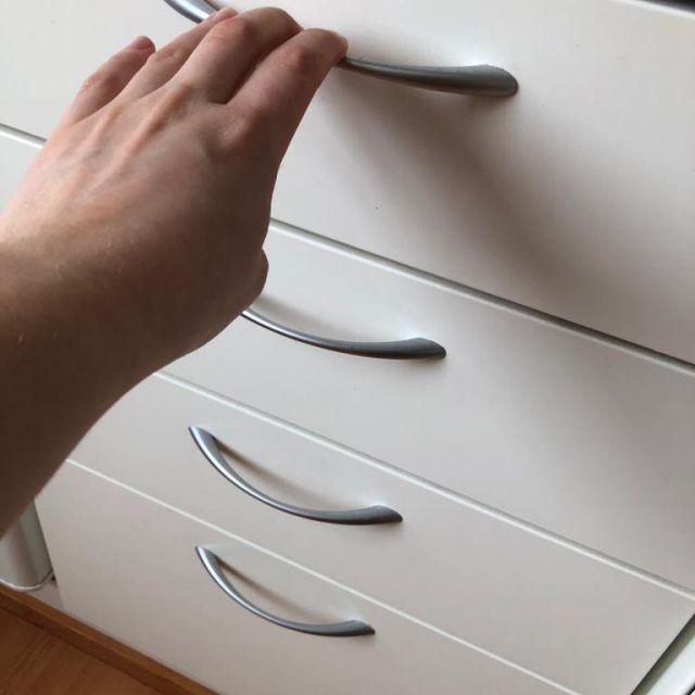 Küchenschrank, Hand an erster Schublade