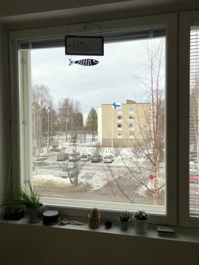 Finnische Flagge aus Küchenfenster