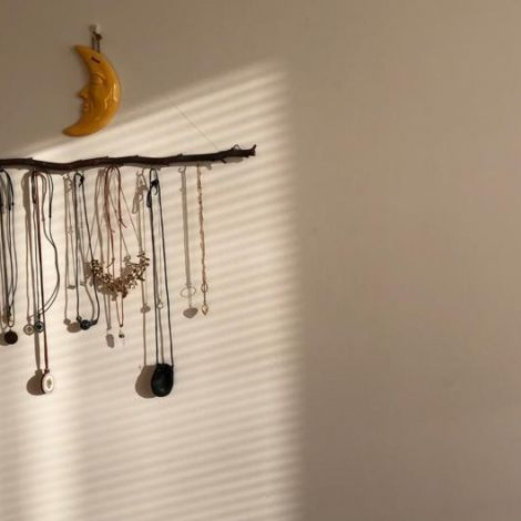 Lichstrahlen fallen durch die Jalousie und erzeugen Schatten an der Wand
