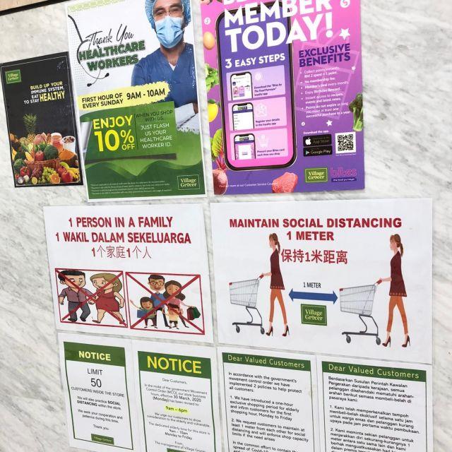 Poster mit Hinweisen zu Verhaltensweisen im Supermarkt während Corona