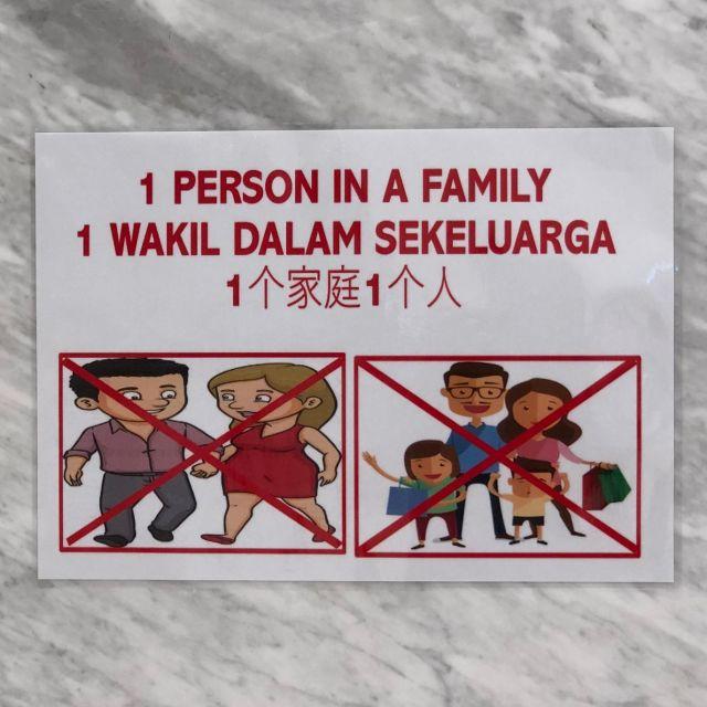 Poster mit Hinweis, dass nur eine Person pro Haushalt im Supermarkt erlaubt ist