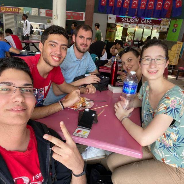 Mit Freunden beim Essen in der Uni