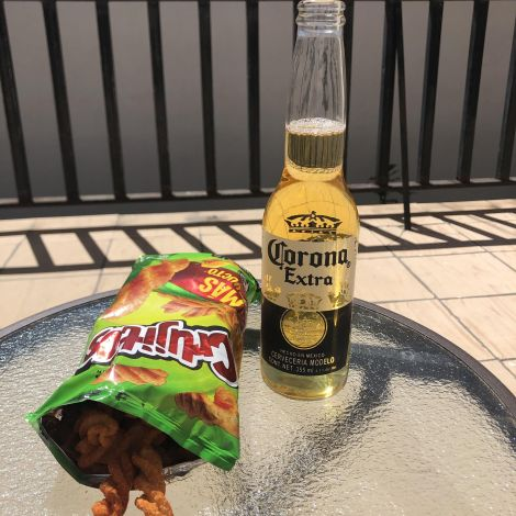 Bierflasche und Chipstüte auf einemTisch