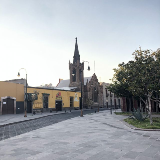 Leere Straße mit Kirche im Hintergrund
