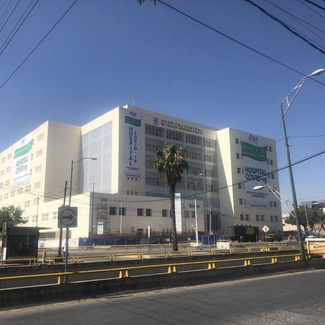 Krankenhaus an einer Straße