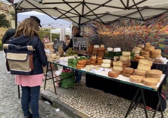 Marktstand mit Käse.