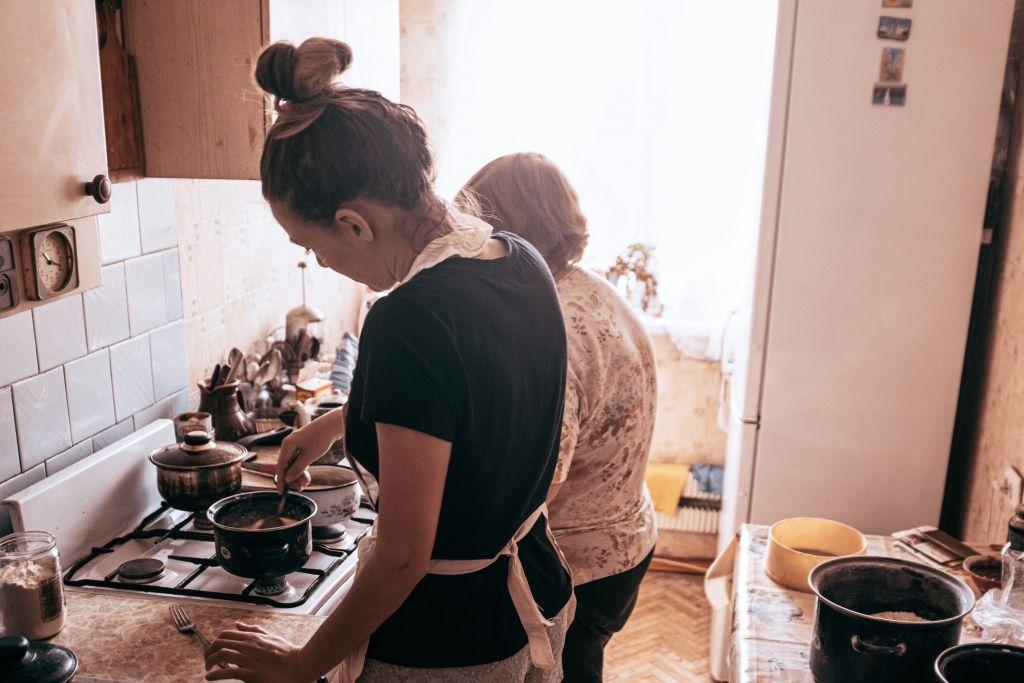 Mit meiner Oma beim kochen