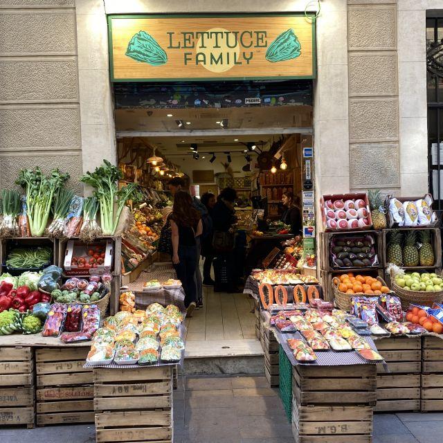 Ein Laden, vor dem viele verschiedene Obst- und Gemüsesorten ausgelegt sind.