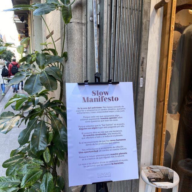 Ein Schild, auf dem das Prinzip von Slow Fashion erklärt wird