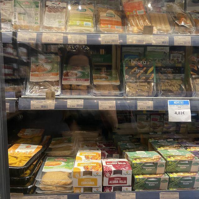 Ein volles Regal mit veganen Alternativen im Supermarkt.