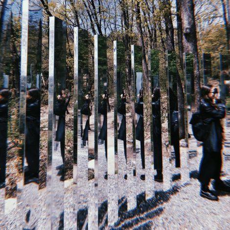 Kunstinstallation unter freiem Himmel wird von der Korrespondentin fotografiert