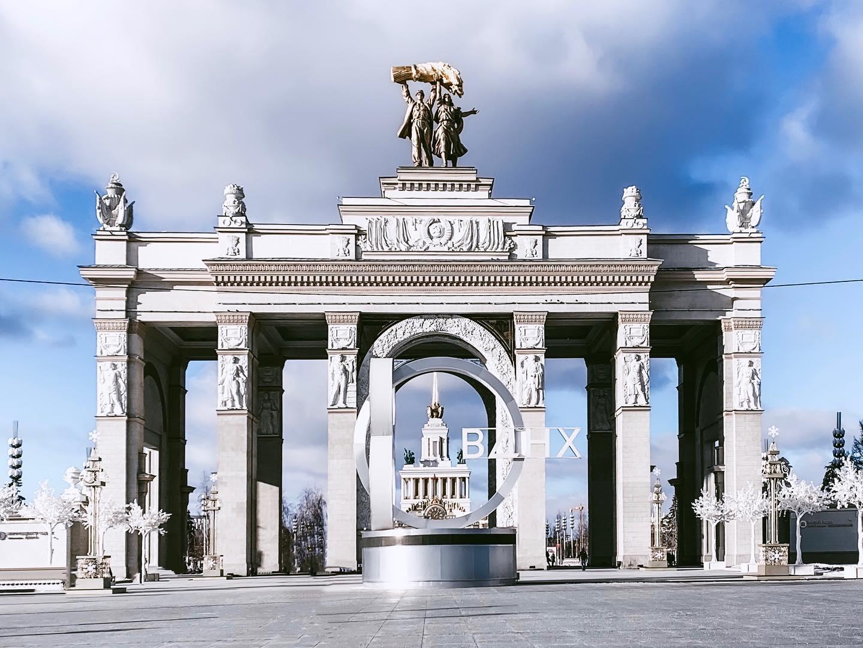 Der Eingang zum ВДНХ Gelände. Die ersten Gebäude auf dem Gelände wurden…