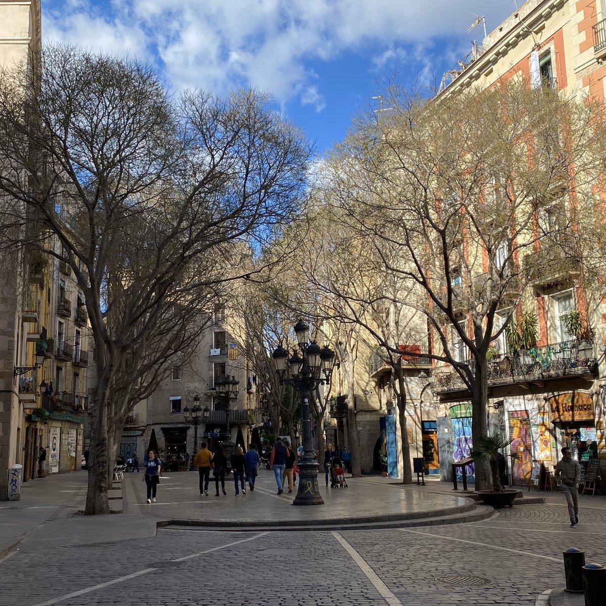 Ein kleiner Platz nach dem anderen reiht sich in Barcelona aneinander. Alle…