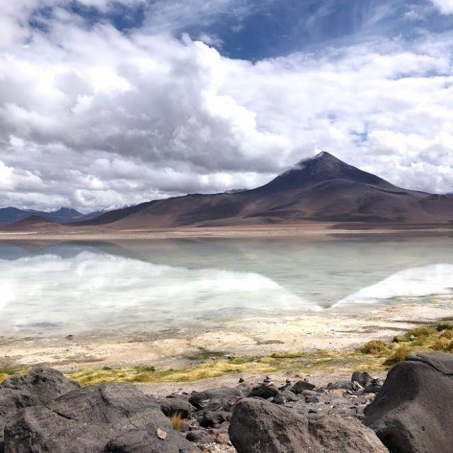 Ein Berg spiegelt sich im klaren See.