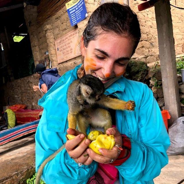 Mädchen und Affe teilen sich eine Passionsfrucht