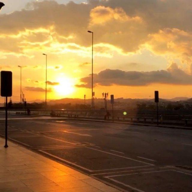 Sonnenuntergang mit Aussicht über den Flughafen und der Stadt.