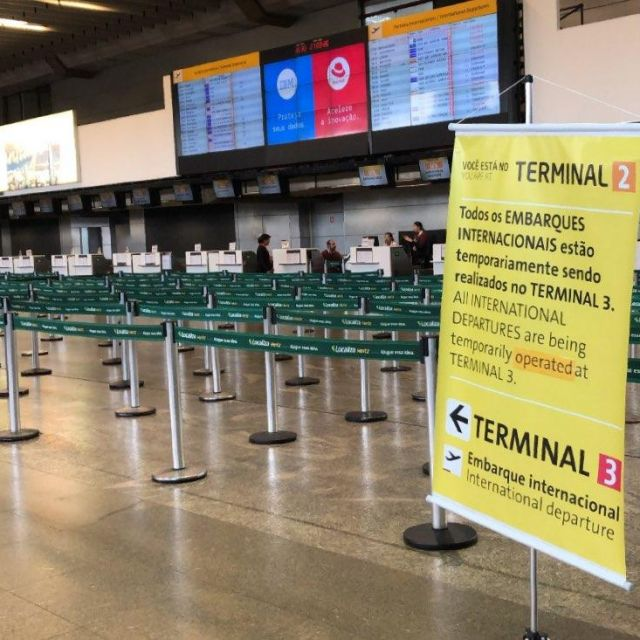 Am Terminal ist keine Person, stattdessen ist dort ein Schild mit der Aufforderung die Flüge an einem anderen Terminal zu nehmen.
