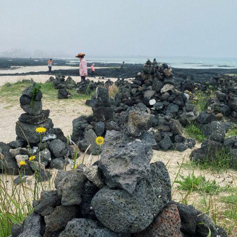 Am langen, weißen Hyeopjae Beach an der Nordküste von Jeju finden sich…