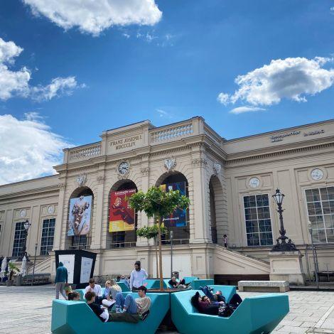 Endlich stehen im MuseumsQuartier wieder die berühmten MQ Hofmöbel - die…