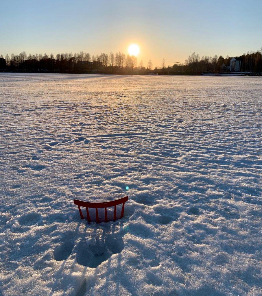 Stuhllehne ragt aus Eisfläche