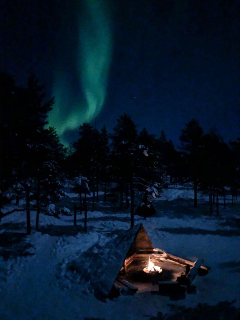 Nordlichter steigen über feuerstelle empor