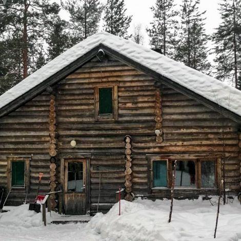 Blockhütte im Schnee