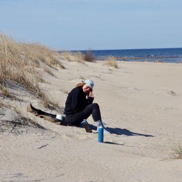 An einem einsamen Sandstrand zelten und vom Rentiergalopp wach werden -…