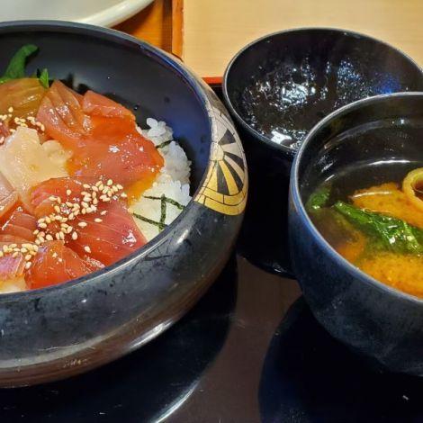 Linke Schüssel mit Reis und rohem Fisch, rechte Schüssel mit Miso-Suppe