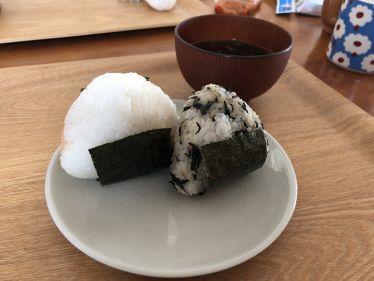 Zwei Reisbällchen auf einem weißen Teller