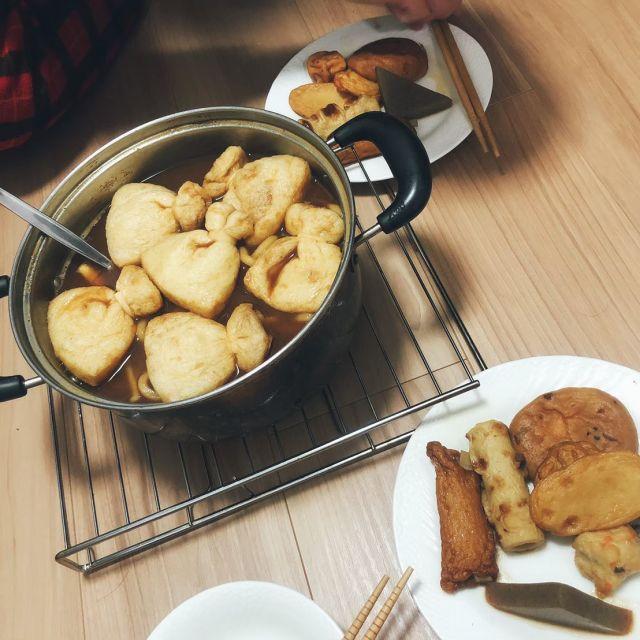 Suppe mit vielen Zutaten wie zum Beispiel Tofu, Reiskuchen etc.