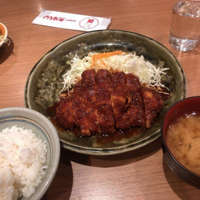 Japanisches Schnitzelgericht mit dunkler Miso-Soße und Reis als Beilage