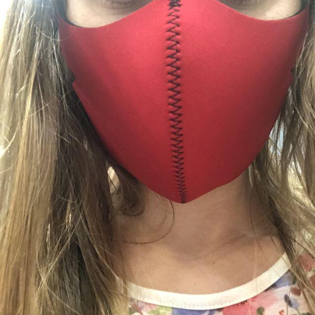 Gesicht einer Frau mit Mundschutz