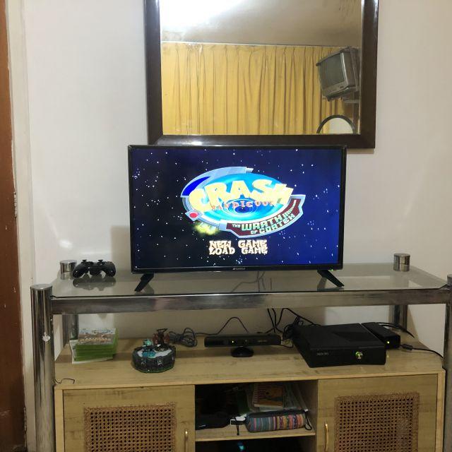 Ein Fernseher mit Spielekonsole