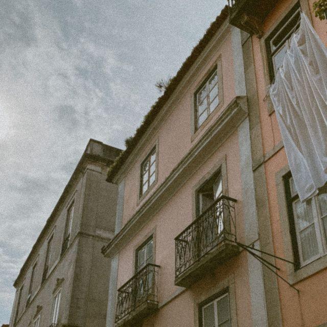 Straße in Lissabon mit wehender Wäsche.