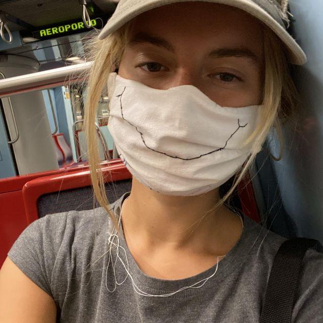 Profilbild von mir mit Mundschutz in der U-Bahn.
