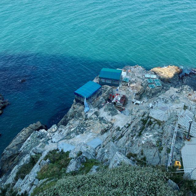 Zelte, in denen Seafood direkt am Kliff zubereitet wird, von oben betrachtet