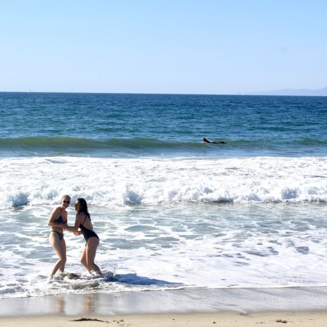 zwei Freundinnen in der Pazifikbrandung